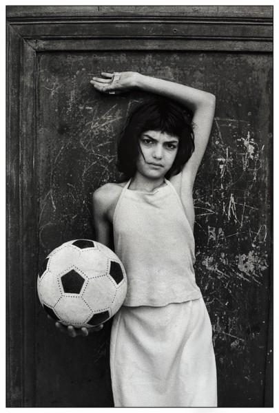 Letizia-Battaglia-Palermo-1980.-Quartiere-La-Cala-La-bambina-con-il-pallone-e1439549106482.jpg
